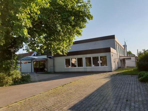 "<p><span style=""font-size:24px"">Gemeindehalle Jedesheim </span></p>Am Anger 10 | 89257 Jedesheim"