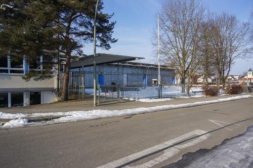 "<p><span style=""font-size:24px"">Sporthalle Au </span></p>Josef-Forster-Straße 3 | 89257 Illertissen"